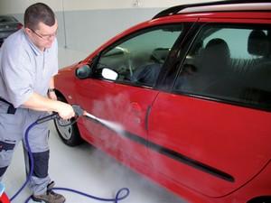 Proposé notamment par Autonett écol'eau, le lavage à la vapeur peut se faire à l'intérieur ou à l'extérieur, avec une machine de 100 kilogrammes dont l'opérateur règle le degré d'humidité. Bilan, seulement 3 litres d'eau par lavage.