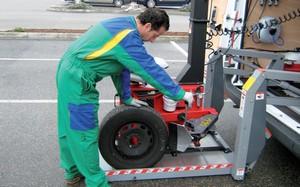 Euromaster facture 15 euros le déplacement sur site et ce, pour intervenir sur un véhicule comme sur dix. Pour vérifier l'état d'usure et la pression des pneus, l'entreprise peut choisir une facturation à l'acte ou au forfait.