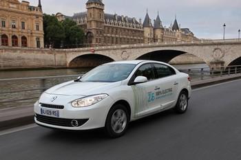 RENAULT FLUENCE ZE La commercialisation des deux premiers modèles de la gamme ZE de Renault, la Fluence et le Kangoo, est lancée au Mondial pour une livraison au printemps 2011. Pour ces deux ZE, l'autonomie annoncée est de 160 km.