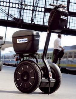 En partenariat avec la société américaine Segway, Athlon Car Lease propose la location longue durée de gyropodes électriques, dotés d'une autonomie de 40 km à la vitesse de 20 km/heure, pour un coût de 25 centimes/100 km.