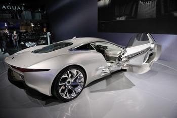 JAGUAR CX-75 Ce magnifique coupé sportif fait dans l'originalité futuriste : ses quatre moteurs électriques sont alimentés par deux microturbines à gaz de 70 kW (95 ch), chacune servant de générateur d'électricité pour les batteries.