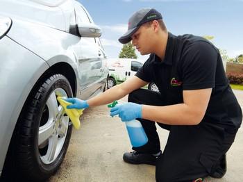 Pour éviter le gaspillage d'eau lors du lavage des véhicules, Ecolave propose des nettoyants à base végétale, sans eau et sans produit chimique, ainsi que des lingettes constituées de microfibres et réutilisables plus de 300 fois.