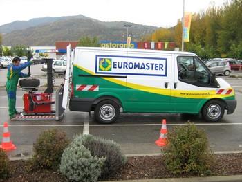 Euromaster a lancé un nouveau modèle pour ses ateliers mobiles de réparation. Celui-ci ne fonctionne plus avec un compresseur à fuel mais électrique. De taille plus basse, ce véhicule intervient dans les parkings souterrains.