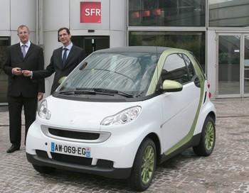 SFR travaille à construire une flotte de cinq véhicules mis à la disposition des salariés pour assurer les déplacements professionnels en région parisienne. L'offre de location est assurée par ING Car Lease France.