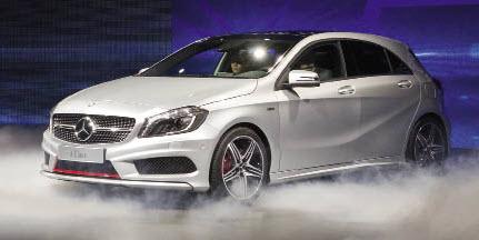 La Classe A de Mercedes affiche un nouveau moteur 2.0 l CDI de 211 ch, à tout juste 99 g de CO2. Ce turbo-diesel downsizé offrira une palette de puissances, 109, 136, 170 et 211 ch, avec les mêmes émissions de CO2.