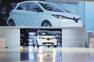 La Zoé de Renault est commercialisée à partir de 20 700 euros TTC (hors prime de 5 000 euros), un prix auquel s'ajoute la location des batteries avec un premier seuil à 79 euros TTC mensuels (12 500 km/36 mois).
