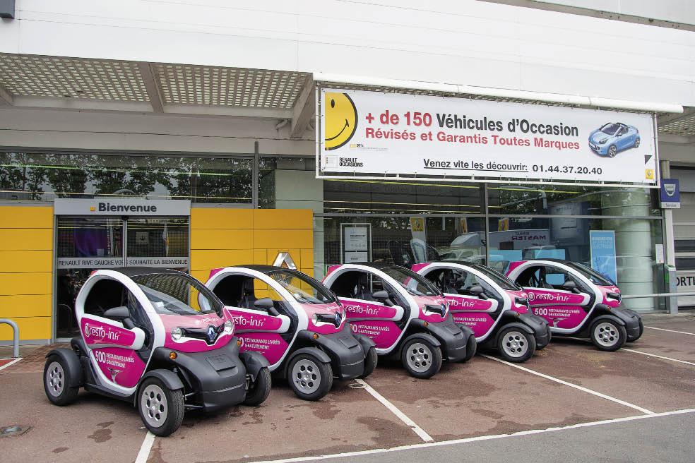 Resto-In.fr, spécialiste de la livraison de restaurants sur internet, recourt depuis début mai à une flotte de vingt Twizy afin d'assurer des livraisons dans Paris, parmi les 200 véhicules de la flotte.