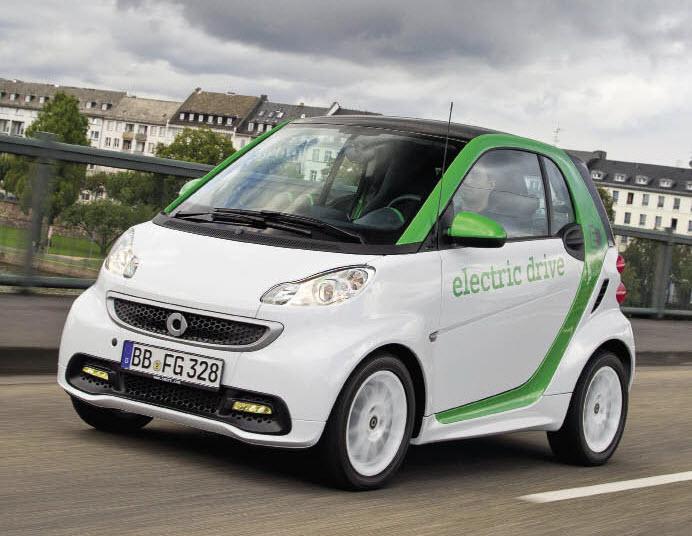 Le coût de la Fortwo ED et celui de la batterie seront dissociés. Le prix de vente tombe à 16 000 euros en Allemagne, avec un contrat de location pour la batterie à partir de 60 euros/mois.