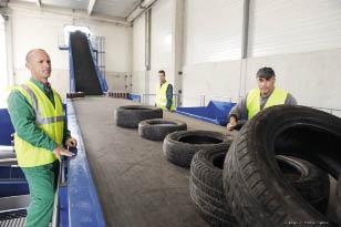 La filière de recyclage des pneus est organisée ainsi : les capacités de collecte sont fixées selon le nombre de pneus collectés l'année précédente. D'où une partie des difficultés rencontrées en 2010