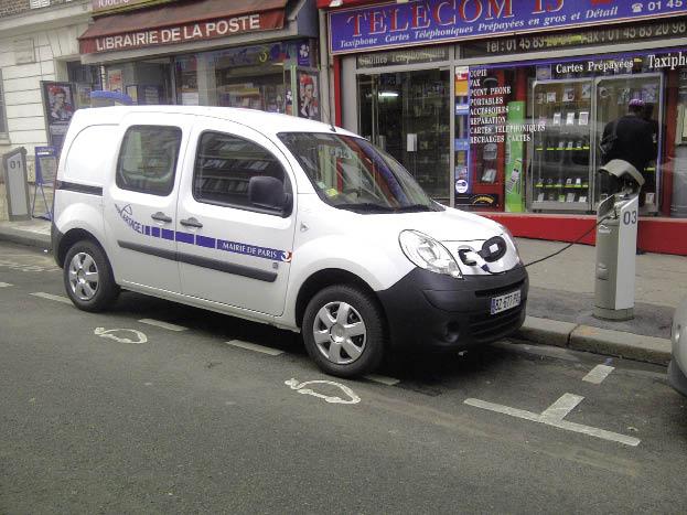 Au sein de ses services, la mairie de Paris a opté pour l'auto-partage, notamment de véhicules électriques, avec des Kangoo Z.E. et des iOn mis à la disposition des agents.