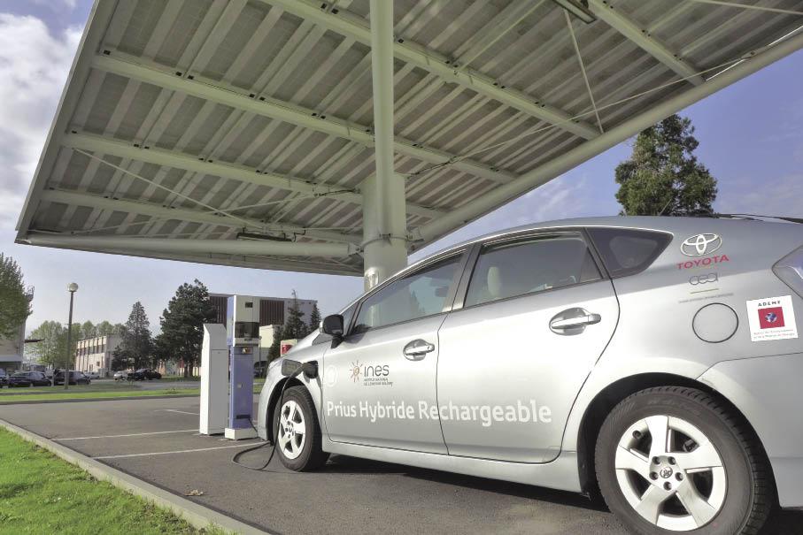 Dans sa flotte automobile, le CEA de Grenoble compte 116 véhicules avec 53 modèles électriques et une quinzaine d'hybrides dont six Toyota Prius. Celles-ci sont rechargeables sur station solaire.