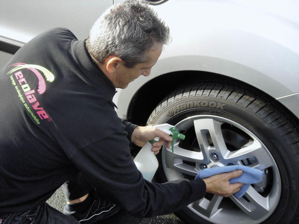 Les salariés du prestataire Écolave se déplacent sur le site des entreprises clientes et procèdent à un nettoyage des véhicules particulièrement économe en eau. Pour le client, le gain de temps est considérable.