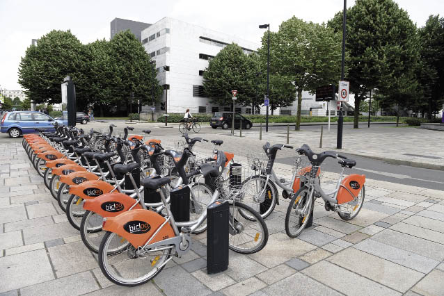 En complément des 300 vélos proposés par la ville et la métropole de Nantes, les agents bénéficient également de 79 badges donnant accès à l'offre publique de vélos en libre-service baptisée Bicloo.