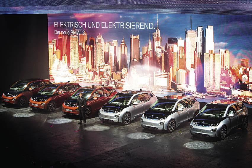 L'i3 100 % électrique met en avant une autonomie de 200 km, voire 300 km en formule Range Extender (prolongateur d'autonomie), pour une entrée de gamme à 27 990 euros, bonus déduit.