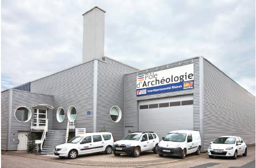 En 2011, le pôle d'archéologie interdépartemental rhénan est passé de la LLD à l'acquisition pour sa flotte de 14 véhicules. Un choix dû notamment au surcoût élevé des restitutions avec la location.