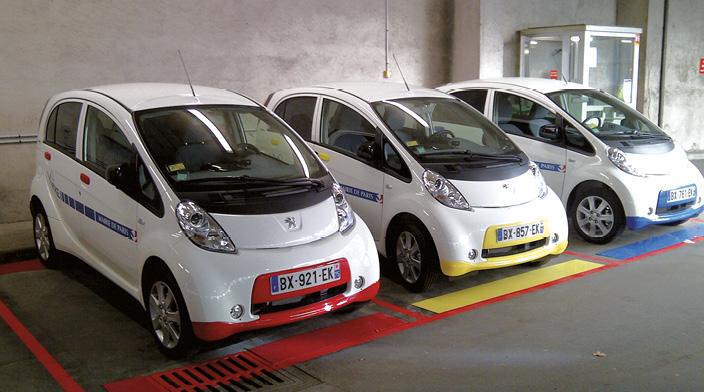 Paris mise sur l'électrique. Il y a à peine un an, le pool comprenait 45 citadines essence et 5 modèles électriques. 50 % des véhicules sont maintenant électriques, avec un basculement complet au premier semestre 2015.