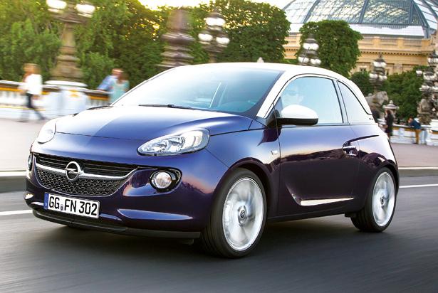 Chez Opel, l'Adam se dote d'un 3 cylindres 1.0 Turbo Ecotec (115 ch et 114 g), à 17 700 euros. Le 4 cylindres 1.2 Twinport de 70 ch pointe à 124 g et 10 990 euros. Le 1.4 Twinport de 87 ch à 118 g commence à 14 350 euros.