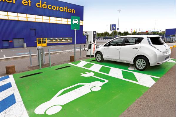Dans sa stratégie de développement des corridors électriques, Nissan a installé des points de charge notamment dans les magasins Ikea partenaires. Des bornes répondent aux deux standards, courant continu et courant alternatif.