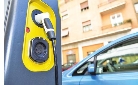 L'Île-de-France vise 40 000 infrastructures de recharge d'ici 2020, dont 16 000 points publics et 24 000 bornes hors voirie. Le conseil régional prévoit de prendre en charge 40 % de l'installation de bornes publiques.