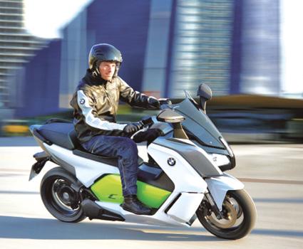 Le BMW C-Evolution se montre très impressionnant à conduire. Sa vitesse limitée à 120 km/h suffit sur voie express et son comportement est excellent. Son autonomie de 100 km convainc, s'il n'y avait son prix de 15 400 euros !