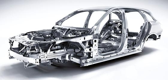 Si la dernière Classe C de Mercedes a gagné 95 mm en longueur, 40 mm en largeur, avec un volume plus généreux, elle a perdu 100 kg par rapport à sa devancière. Sa structure se compose à 50 % d'aluminium contre 10 % auparavant.