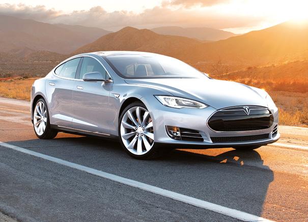 Avec l'électrique Tesla Model S, le choix est à la carte : 385 ch et 60 kWh pour 390 km d'autonomie (à partir de 71 740 euros) ou 385 ch et 85 kWh pour 502 km  (à partir de 81 300 euros), et ce en deux roues motrices.