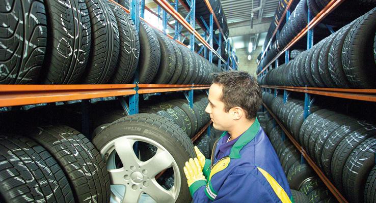 Euromaster s'appuie sur une organisation spécifique pour stocker les pneus de ses clients. Outre ses centres déjà équipés en stockage, l'enseigne s'est dotée de locaux supplémentaires pour absorber l'ensemble des volumes.