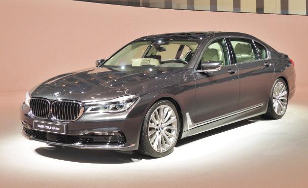 BMW s'est focalisé sur le lancement de la Série 7. Une version hybride rechargeable s'inscrit au programme : la 740e dont l'autonomie, en mode électrique, atteint les 40 km pour des émissions à 49 g officiellement.
