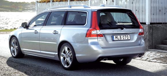 En Momentum Business, le V70 de Volvo (coffre de 575 à 1 600 l, banquette 40/20/40) recourt au nouveau 2.0 D4 de 150 ch, soit 113 g en boîte manuelle (43 370 euros) et 118 g en boîte auto Geartronic 6 (45 370 euros).