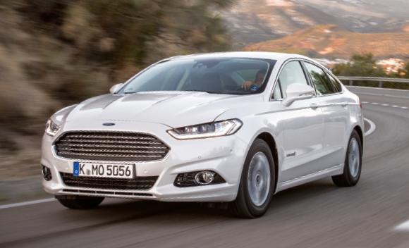 """Sous le capot, la """"Ford Mondeo Hybrid"""" s'adjuge 187 ch en puissance cumulée, obtenus à partir d'un 2.0 l essence développant 140 ch, le tout pour un score de 99 g. Le tarif de cette Mondeo débute à 34 100 euros."""
