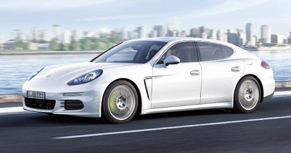 La Porsche Panamera S E-Hybrid aligne 416 ch. Gageons que cette hybride rechargeable profitera de son changement de génération l'an prochain pour diminuer son score actuel de 71 g, soit 3,1 l/100 km (à partir de 109 607 euros).