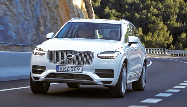Le Volvo XC90 se décline en hybride rechargeable à 49 g, résultat du T8 Twin Engine alliant les 320 ch d'un petit 4-cylindres essence 2.0 l aux 87 ch d'un moteur électrique. Le tarif de cette version débute à 80 000 euros.