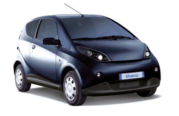 La Bluecar de Bolloré coûte 18 300 euros plus 79 euros mensuels pour la batterie. La recharge se fait sur une Bluebox (995 euros, pose comprise), par le câble de recharge (700 euros) ou sur une borne Autolib' à 15 euros par an + 1 euro/heure (bloqué la nuit à 4 euros au maximum).