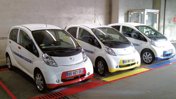 Auprès de ses agents, la mairie de Paris mise sur l'autopartage, notamment de véhicules électriques, avec des bornes de recharge implantées dans les garages et dans les principaux sites concernés de la ville.
