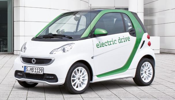 En version 55 kW, la Smart Fortwo ed est commercialisée à partir de 19 550 euros, hors batterie. La batterie se loue pour 65 euros mensuels, ou bien s'achète contre 4 800 euros, ce qui porte le prix à 24 350 euros.