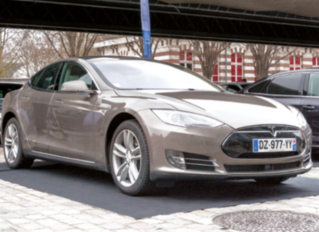 La Tesla Model S en version 85D assure des performantes dignes des plus grosses cylindrées sportives, avec une autonomie de 550 km au maximum (NEDC). À noter que le coût de la recharge est compris dans le loyer ou le prix.