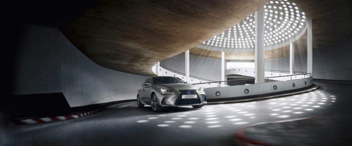 Mondial de Paris 2016 : la Lexus IS 300h peaufine son image