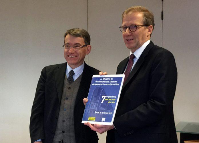 Signature de la charte « Engagements du ministère de l'Economie et des Finances en faveur de la sécurité routière » par Laurent de JEKHOWSKY, Secrétaire général du ministère de l'Economie et des Finances, en présence d'Emmanuel BARBE, Délégué interministériel à la Sécurité routière