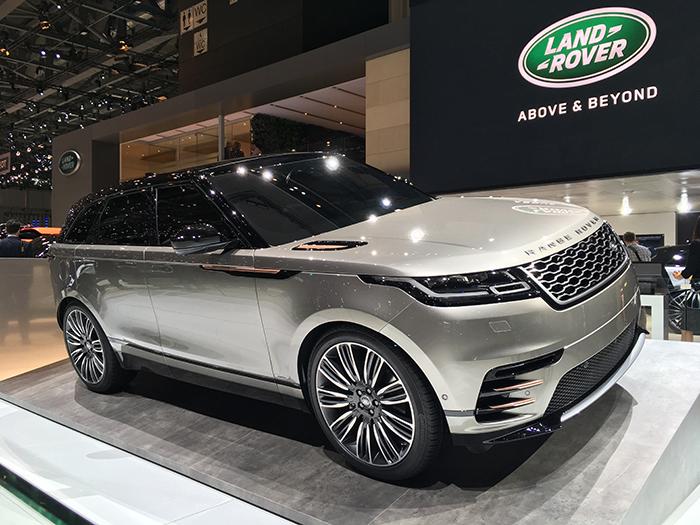 Long de 4,80 m, le Velar de Land Rover affiche une silhouette basse et revendique une vocation plus routière que « off road ». Son design strict et épuré, à l'extérieur comme à l'intérieur, lui confère une originalité et un standing à part.