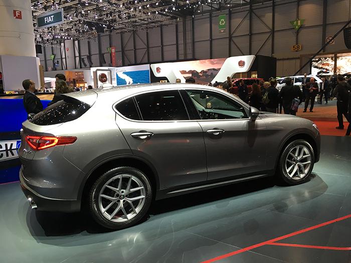La finition Business du Stelvio d'Alfa Romeo sera déclinée en propulsion (4X2), avec un équipement de série comprenant navigation GPS, radar de stationnement avant et rétros extérieurs rabattables électriquement.
