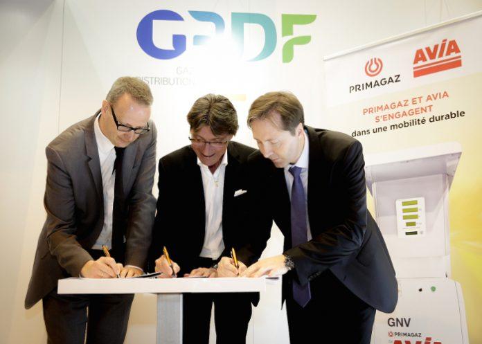 Steven Sels, directeur général de Primagaz, Michel Picoty, président de Avia France, et Franck Wintenberger, directeur territoires et projets d'avenir chez GRDF, signent la convention de partenariat