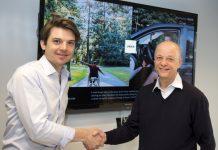Pierre-Dimitri Gore-Coty (directeur d'Uber EMEA, à gauche) et Tex Gunning (CEO de LeasePlan) ont signé le 15 mars 2017 à Amsterdam (Pays-Bas) un mémorandum d'entente pour étendre leur coopération au niveau pan-européen. ©Kick Smeets