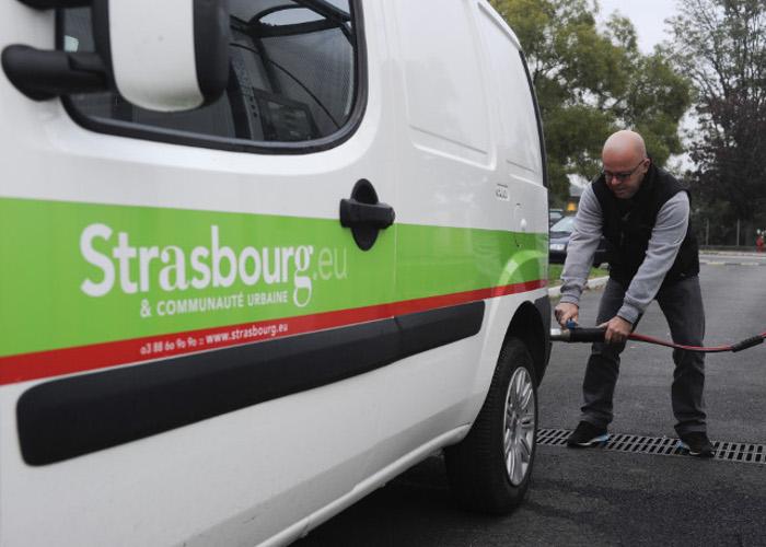 Ravitaillement d'un véhicule de l'Eurométropole de Strasbourg à la station de gaz de Geispolsheim