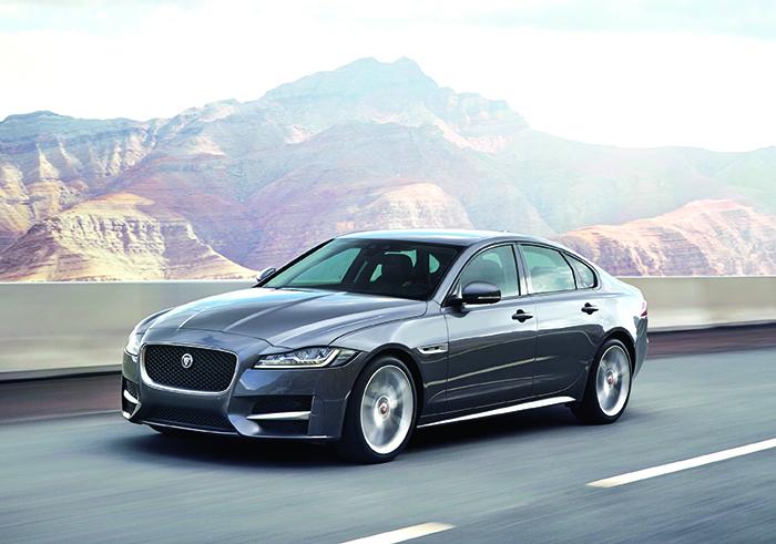 La Jaguar XF opte pour le 4-cylindres 2.0 l diesel de 163 ch à 104 g en E-Performance (à partir de 41 820 euros), et ses variantes 20d de 180 ch à 114 g (à partir de 44 120 euros) et 25d de 240 ch en biturbo à 139 g (à partir de 50 880 euros).