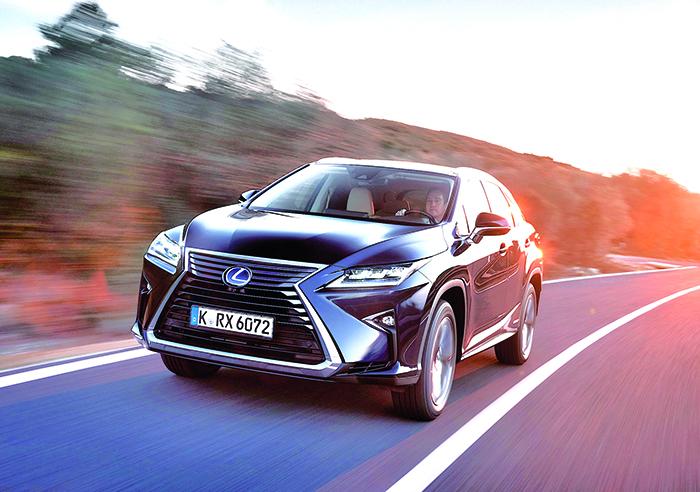 Avec 4,89 m, le RX de Lexus, très bien doté, s'équipe en 450h d'un V6 3.5 essence, épaulé par deux moteurs électriques, mettant à disposition 313 ch en puissance cumulée pour 122 g (à partir de 65 200 euros).