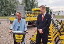 Elisabeth Borne Helsinki - La ministre des transports a testé le système de vélos en libre-service City Bike mis en place par l'entreprise française Smoove