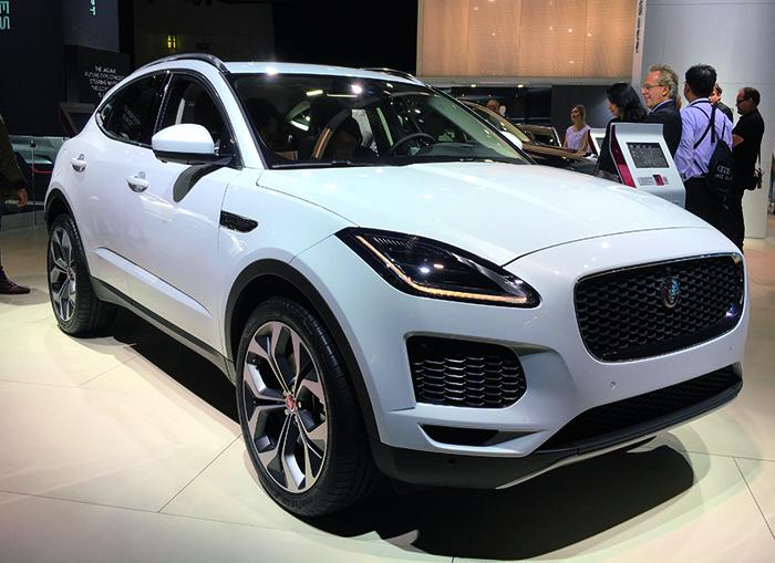Jaguar a révélé l'E-Pace, version compacte du grand SUV F-Pace. Habitable, pourvu d'un grand coffre de 557 l, ce modèle se décline en versions traction ou intégrale, avec les récents moteurs Ingenium en essence et diesel de 150 à 300 ch.