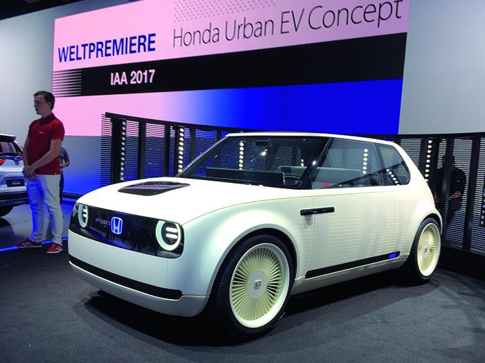 Le Honda Urban EV Concept rappelle la toute première Civic. Cette petite voiture électrique pour la ville (3,90 m), craquante et prometteuse, annonce le modèle de série pour 2019. Espérons qu'il ne perdra pas trop de charme en production.