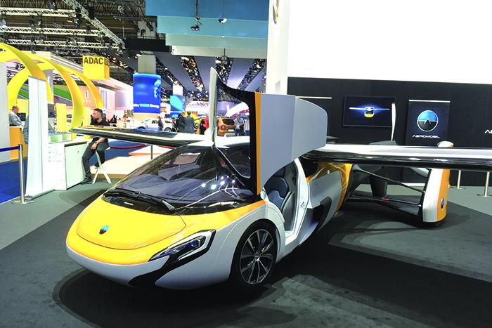 De son côté, l'Aeromobil ressemble à une voiture qui déploie ses ailes pour prendre les airs.