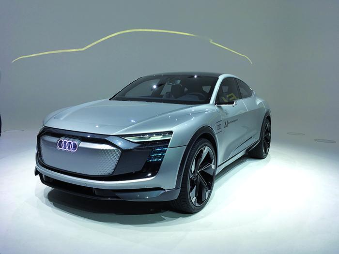 L'Aicon d'Audi voit à long terme. Cette très grande voiture autonome (5,44 m) offre un habitacle très convivial, conçu comme un salon. L'Aicon vise les longs trajets, soit jusqu'à 800 km en électrique sans ravitaillement.